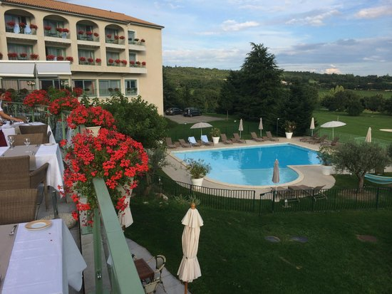 Domaine de Saint-Clair: Zicht op zwembad vanuit terras restaurant
