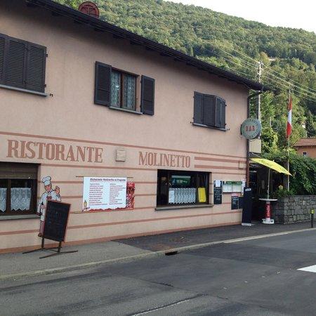 Ristorante Pizzeria Molinetto: Eingang Strassenseitig. Blick vom Parkplatz aus.