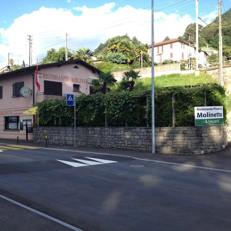 Ristorante Pizzeria Molinetto: Restaurant mit Gartensitzplatz/Pergola rechts im Bild.