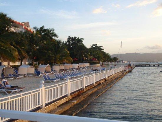Royal Decameron Montego Beach: Пляж с обрывом