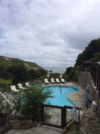 The Lamorna Cove Hotel: Pool and pathway too the cove