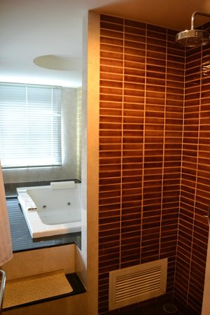 Chillax Resort: Shower and jacuzzi