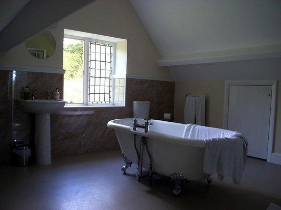 The Hunters Inn: Large bathroom