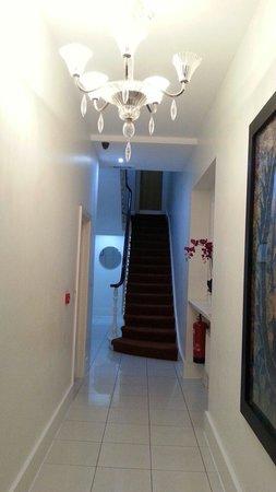 Princes Square Serviced Apartments: 1st floor hallway