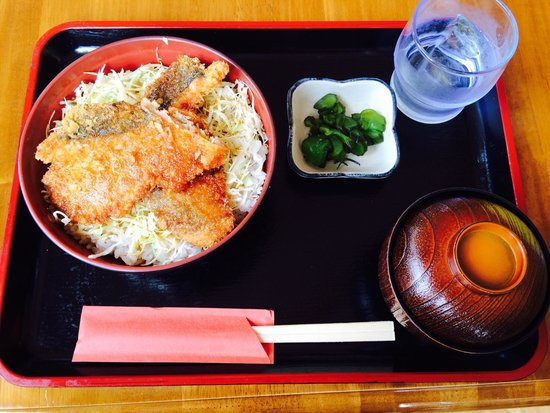 Shibetsu Salmon Park: 鮭カツ丼 サクサクした鮭のカツにキャベツが敷いてある、なかなかユニークな丼です。