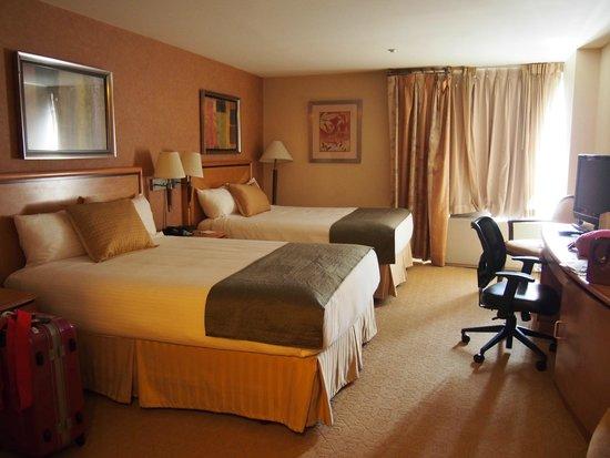 Skyline Hotel : 一人でしたがクイーンサイズの2ベッドルームでした