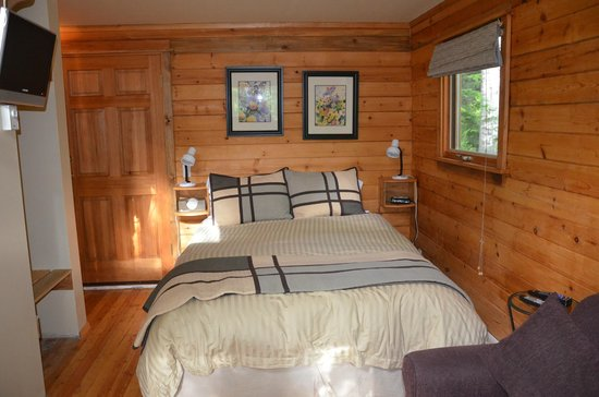 Across The Creek Cabins: Bed