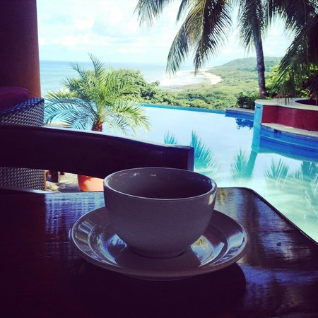 Hotel Vista de Olas: Coffee by the pool