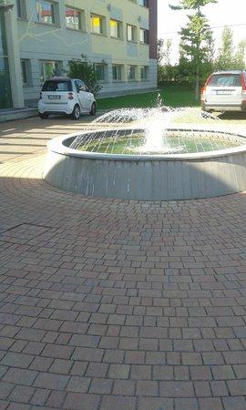 Hotel Mercure Bergamo Aeroporto : fontana all'ingresso