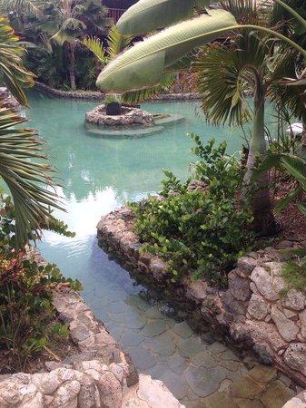Van der Valk Kontiki Beach Resort: Vanuit je terras het zwembad in