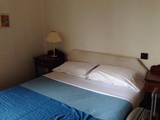 The Original Raj Hotel : Auf dem Kopfteil bitte die ganzen Flecken beachten, Laken wies auch krustige Flecken auf.