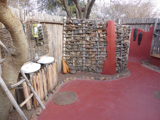 Isoitok Camp - Manyara : Bush shower