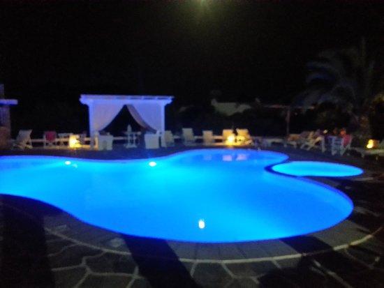 Island House Hotel Studios Apartments: Pool at night