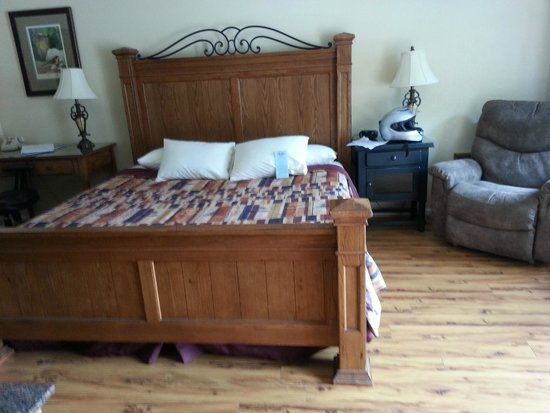 Jonathan Creek Inn and Villas: The King Bed, very comfortable