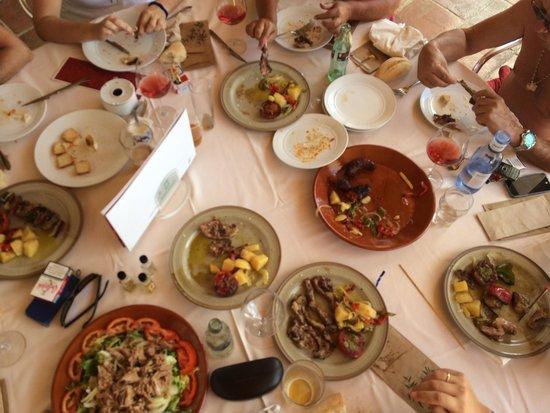 Hotel Fuerte Grazalema: Comida familiar en el bar de la piscina con carne a la barbacoa
