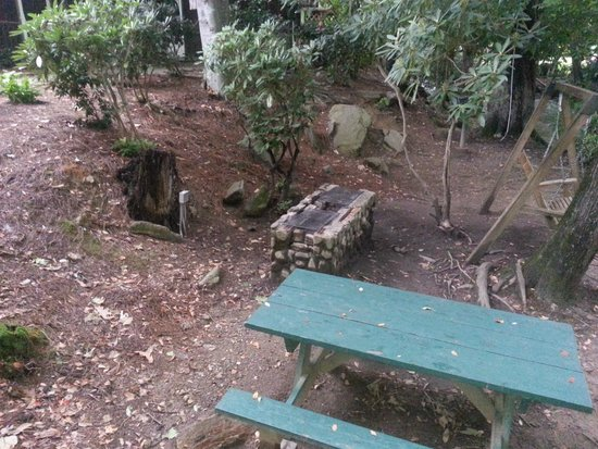 Jonathan Creek Inn and Villas: You can bbq here in the back of the Inn