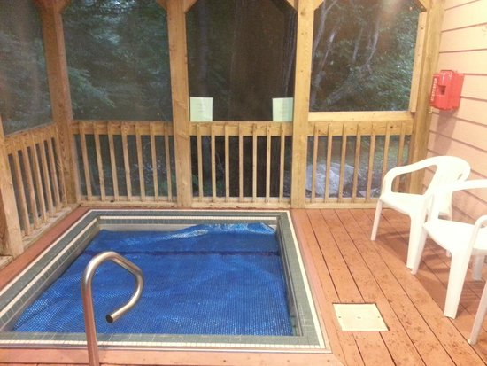 Jonathan Creek Inn and Villas: outdoor hot tub (cover is on in this pic)