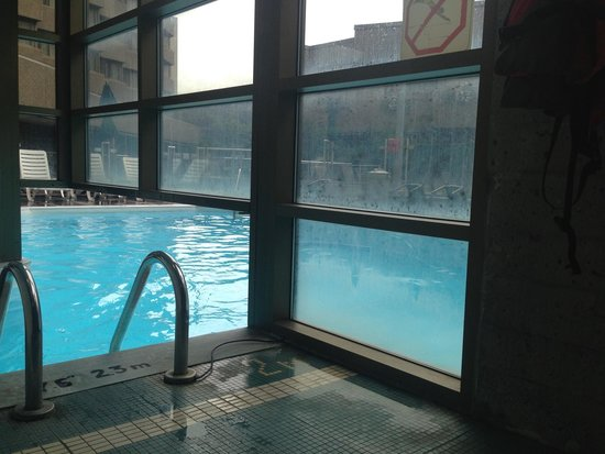 Delta Hotels by Marriott Quebec: Pool entrance view :(