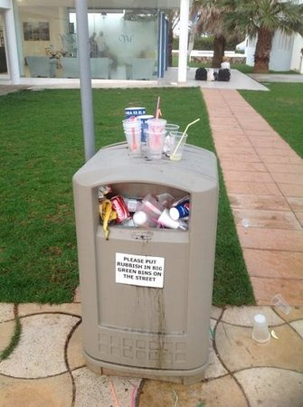 Vacances Menorca Resort: Another bin facing you as you go to breakfast