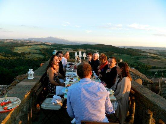 Agriturismo Cretaiole di Luciano Moricciani: rooftop dinner in Castelmuzio