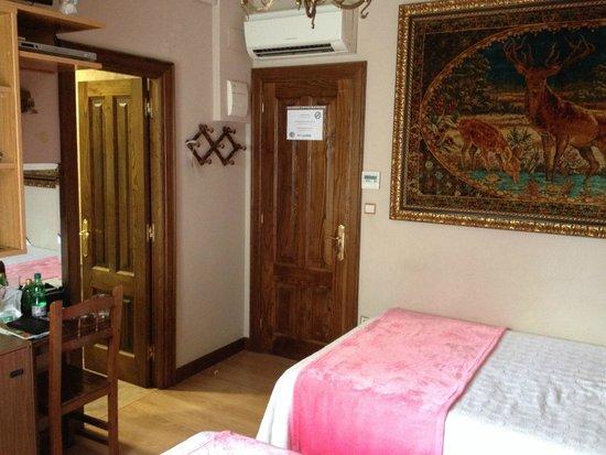 Hotel Playa de Vigo: Air-con unit above door