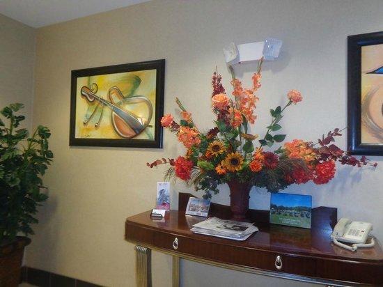 Holiday Inn Express Hotel & Suites Sylacauga: decor near elevator