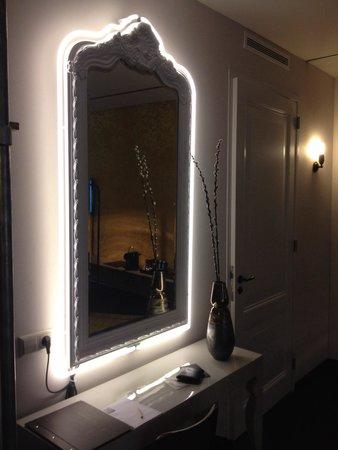 Hotel V Nesplein: Cool mirror