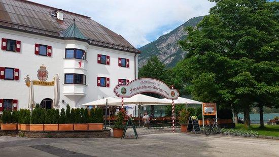 Travel Charme Fürstenhaus am Achensee: Eingang z Biergarten a d Anlegestelle