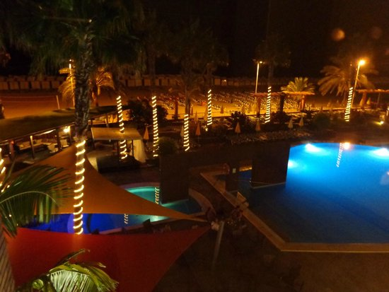 Savoy Calheta Beach: The pool in the evening