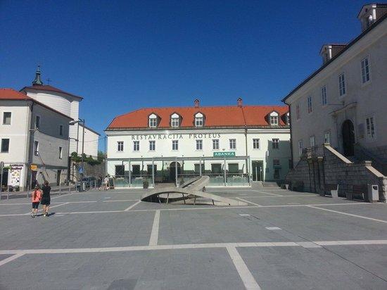 Postojna Cave Rooms & Apartments Proteus : piazza principale di Postumia. Hotel/ristorante e di fronte a voi. Lo consiglio.