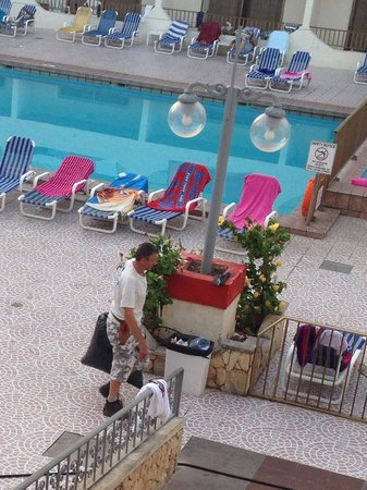 Blue Sea San Anton: Emptying pool bins every morning and throughout the day