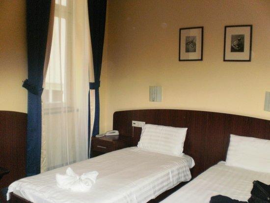 Hotel Central Basilica: Detalle de habitación con dos camas