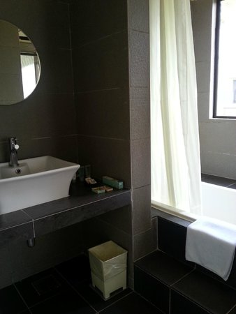 Swiss-Court Holiday Apartments Damai Laut: Masterbedroom ensuite bathroom