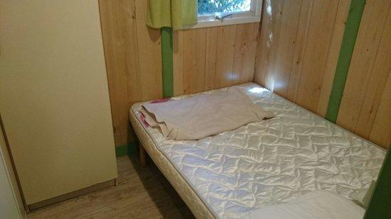 Camping La Grand'Metairie : Chambre soit disant adulte...si vous dépassez les 1.80m alors vous ne rentrez pas dans le lit