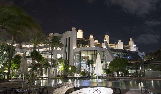 H10 Timanfaya Palace: Hotel at night.