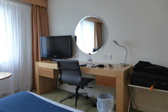 Holiday Inn Basildon: Desk area