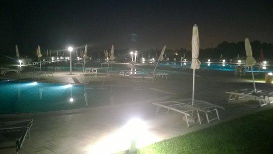 Janna e Sole : La piscine de nuit.