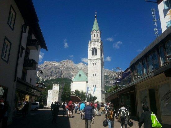 Il Duomo di Cortina a  un passo dall'hotel hotel Aquila