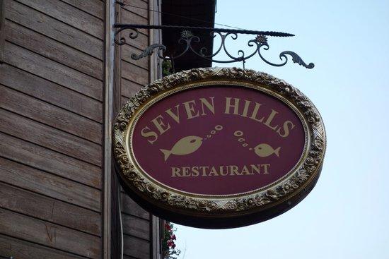 Seven Hills Hotel: レストラン看板、目印です。