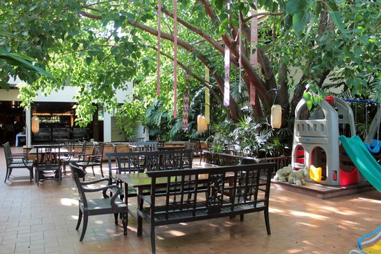 Siripanna Villa Resort & Spa : Al fresco dining at Slee Banyan