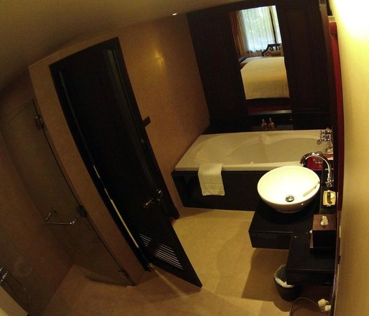 Siripanna Villa Resort & Spa: spacious bathroom