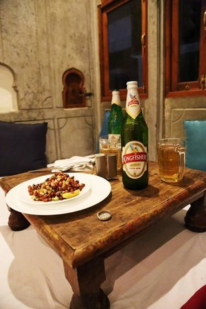 Madri Haveli : Beer and nuts in our room