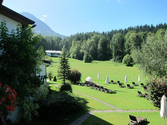 Alm- & Wellnesshotel Alpenhof: Lawn