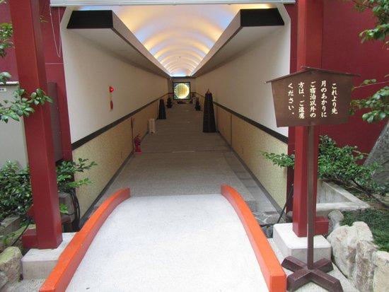 Tsukinoakari : connecting tunnel between 2 hotels