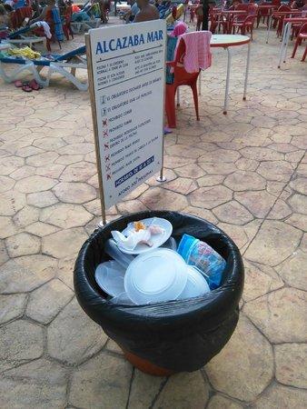Alcazaba Mar Hotel: Basuras llenas, ni se vacian