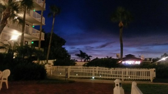 Guy Harvey Outpost, a TradeWinds Beach Resort: Nighttime from the courtyard