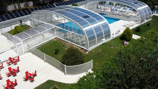 Piscina cubierta y pista de tenis fotograf a de hotel for Piscina delfin madrid