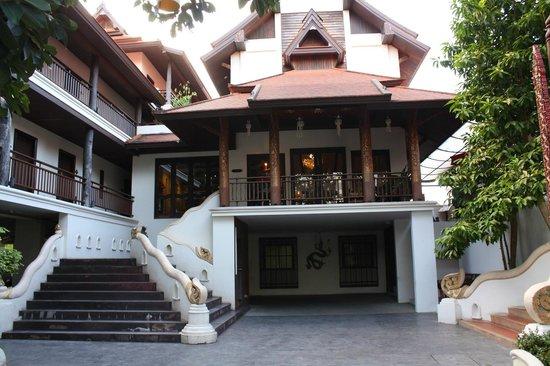 De Naga Hotel: exterior