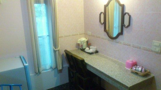 Baan Soontree Resort: room between bathroom and bedroom