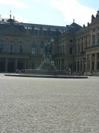 Die Residenz: Statue in the main square